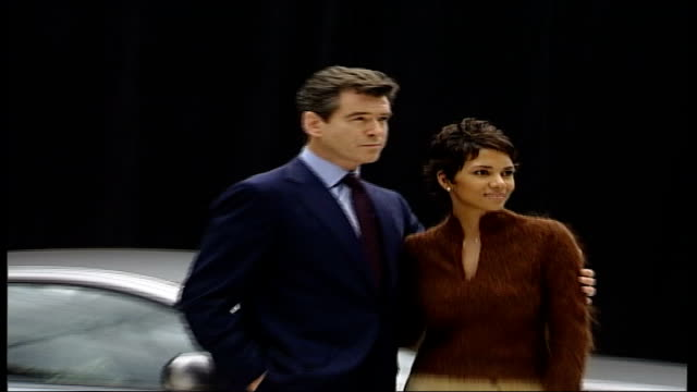 vídeos de stock, filmes e b-roll de daniel craig becomes the first ever blonde james bond; tx 11.1.2002 buckinghamshire: pinewood studios: int pierce brosnan posing with halle berry at... - série de filmes do james bond