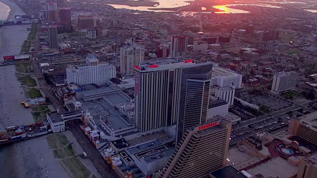 vídeos de stock, filmes e b-roll de casinos line the beach and boardwalk in atlantic city. - atlantic city