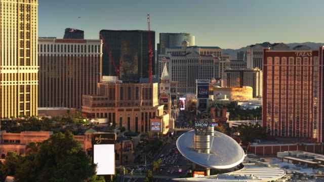 stockvideo's en b-roll-footage met casinos of las vegas - aerial shot with downwards tilt - mannelijke gelijkenis