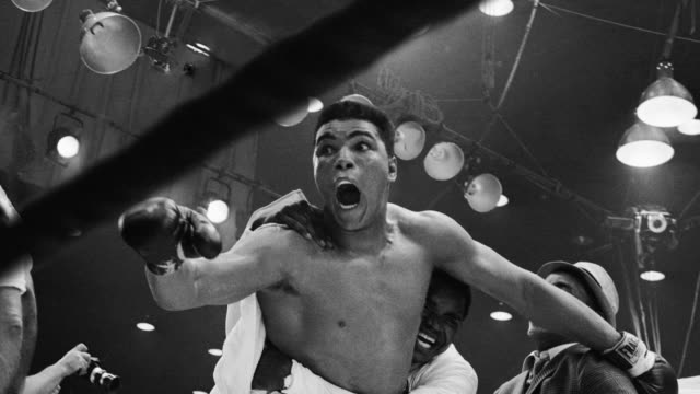 vídeos de stock e filmes b-roll de cassius clay beats sonny liston for the heavyweight boxing title in miami beach, florida. - 1964