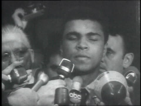 cassius clay outside courthouse in the midst of reporters and microphones / picketers outside courthouse, holding signs / reporters and microphones... - アリ点の映像素材/bロール