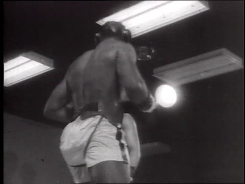 cassius clay training for boxing match with ernie terrell / cassius sparring in ring, jumping rope / crowd watching and clapping / cassius rhymes... - アリ点の映像素材/bロール