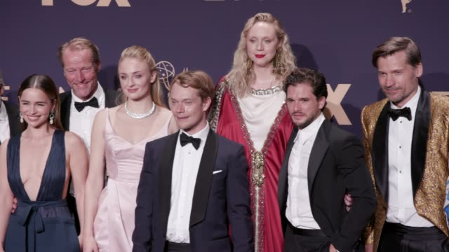 vídeos y material grabado en eventos de stock de cast and crew of 'game of thrones' at the 71st emmy awards - press room at microsoft theater on september 22, 2019 in los angeles, california. - premios emmy