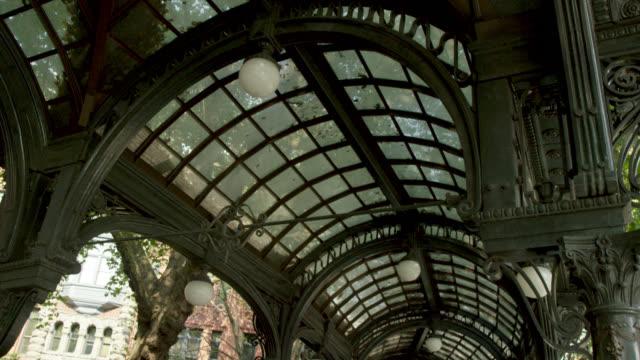 vídeos y material grabado en eventos de stock de pérgola de hierro fundido y vidrio en pioneer square, seattle, washington ee. uu. - 1900 1909