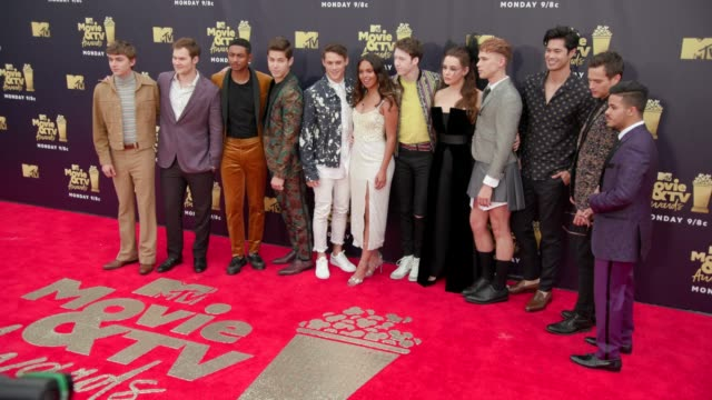stockvideo's en b-roll-footage met cast of '13 reasons why' at 2018 mtv movie tv awards arrivals at barker hangar on june 16 2018 in santa monica california - ensemble lid