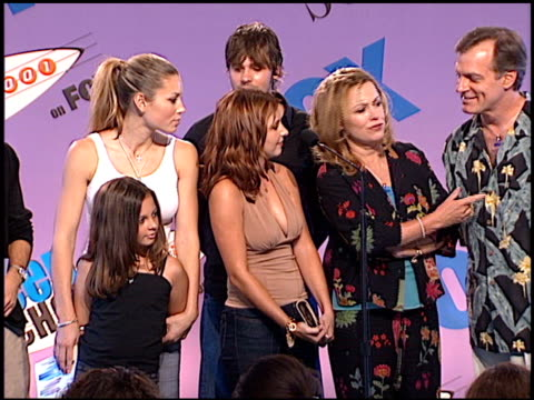 cast of 7th heaven at the 2001 teen choice awards press room at universal amphitheatre in universal city, california on august 12, 2001. - ギブソンアンフィシアター点の映像素材/bロール
