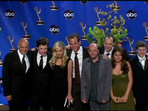 stockvideo's en b-roll-footage met cast of 'arrested development' winner of outstanding comedy series at the 2004 primetime emmy awards press room at the shrine auditorium in los... - ensemble lid