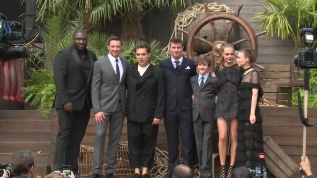 cast of pan at 'pan' - uk film premiere at odeon leicester square on september 20, 2015 in london, england. - ジョーライト点の映像素材/bロール