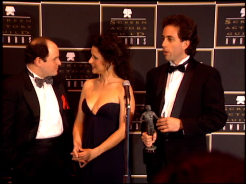 stockvideo's en b-roll-footage met cast of seinfeld at the 1995 screen actors guild sag awards at universal studios in universal city california on february 25 1995 - ensemble lid