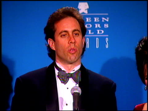 stockvideo's en b-roll-footage met cast of seinfeld at the screen actor's guild awards at the shrine auditorium in los angeles california on february 22 1997 - ensemble lid