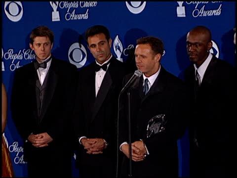 cast of survivor at the 2001 people's choice awards press room at the pasadena civic auditorium in pasadena, california on january 7, 2001. - パサディナ公会堂点の映像素材/bロール