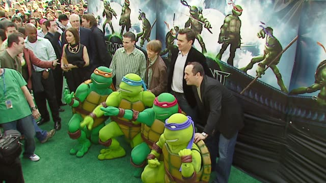 cast of tmnt at the 'teenage mutant ninja turtles' world premiere at grauman's chinese theatre in hollywood, california on march 17, 2007. - ミュータント・タートルズ点の映像素材/bロール