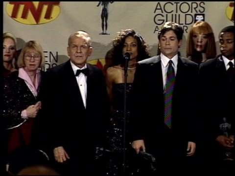 vídeos de stock, filmes e b-roll de cast of west wing, the at the 2001 screen actors guild sag awards at the shrine auditorium in los angeles, california on march 11, 2001. - oeste dos estados unidos