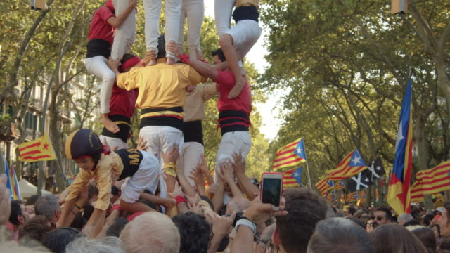 castellers at catalonia demonstration movement for the independence from spain. barcelona during 11 september 2019 at barcelona. catalan national day - politik stock-videos und b-roll-filmmaterial
