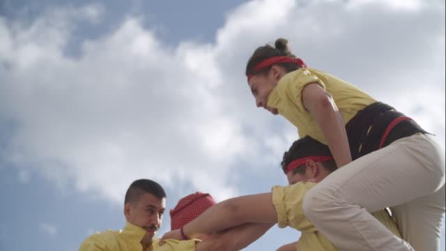 stockvideo's en b-roll-footage met castellers human pyramid teamwork from catalonia - acrobaat