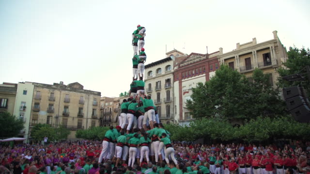 vidéos et rushes de castellers human pyramid teamwork from catalonia - spain