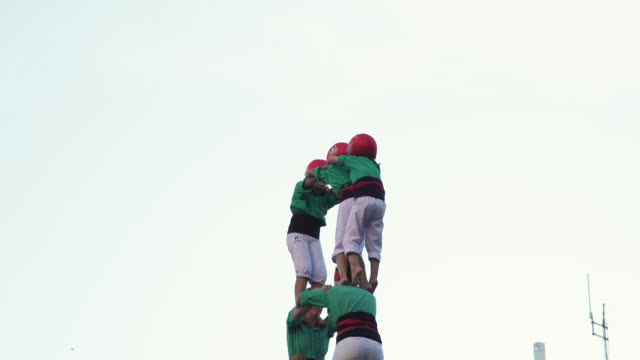 castellers human pyramid teamwork from catalonia - 1 minute or greater stock videos & royalty-free footage