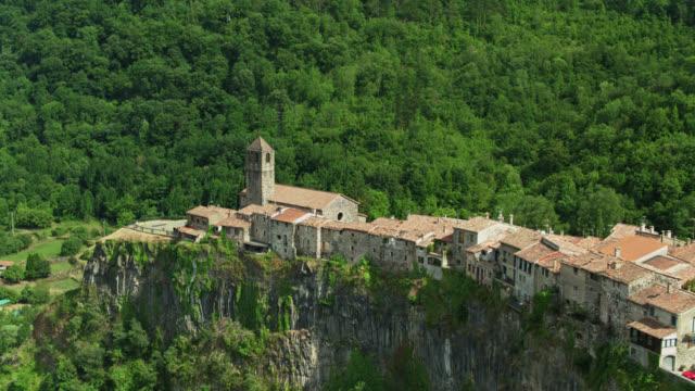 castellfollit de la roca in cima alla scogliera drammatica - vista aerea - roca video stock e b–roll