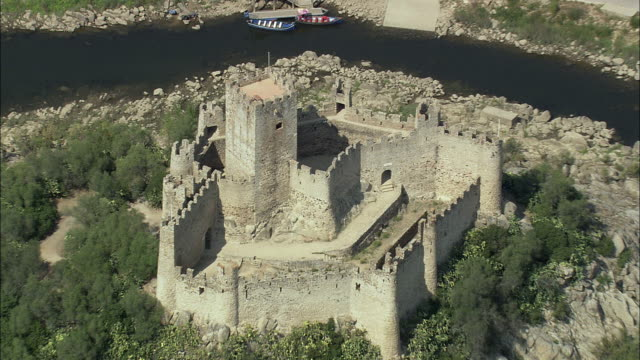 vídeos y material grabado en eventos de stock de aerial ws zo castelo de almourol / almourol, santarem, portugal - castillo estructura de edificio