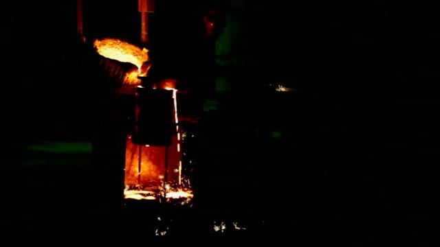 vídeos de stock, filmes e b-roll de casters do foundry рouring out derretido em um formulário de metal - fundir técnica de vídeo