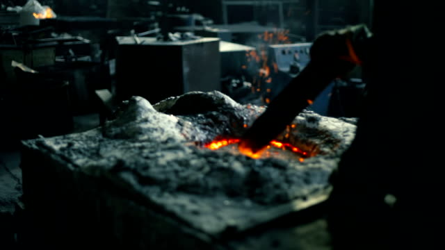 vídeos de stock, filmes e b-roll de casters derretendo de fundição de metal - fundir técnica de vídeo