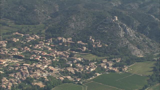 stockvideo's en b-roll-footage met castle above saint-victor-la-coste - kasteel