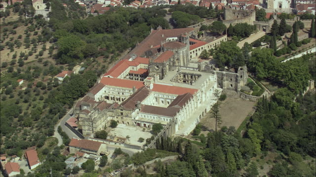 aerial ws castle and convent of the order of christ / tomar, santarem, portugal - castello video stock e b–roll