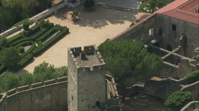 aerial ms zo ws castle and convent of the order of christ / tomar, santarem, portugal - castello video stock e b–roll