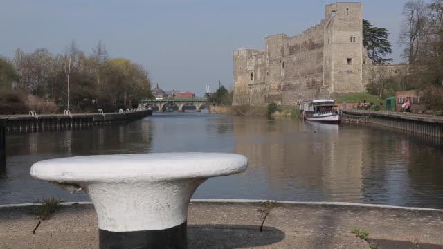 vidéos et rushes de castle & canal, newark, nottinghamshire, england, uk, europe - canal eau vive