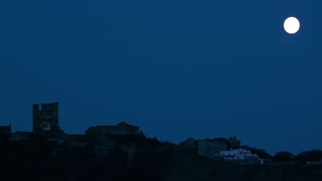 castle & full moon scarborough, north yorkshire, england - 英国スカーブラ点の映像素材/bロール