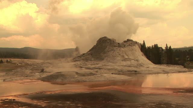 stockvideo's en b-roll-footage met ms, castle geyser  steam eruption, upper geyser basin, yellowstone national park, wyoming, usa - cross processen