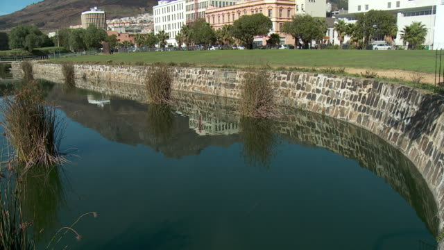 stockvideo's en b-roll-footage met ws tu castle moat and buildings, cape town, western cape, south africa - gracht