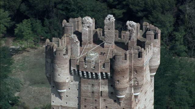 vídeos y material grabado en eventos de stock de castillo de la mota-vista aérea-castille y león, valladolid, medina del campo, españa - castillo estructura de edificio