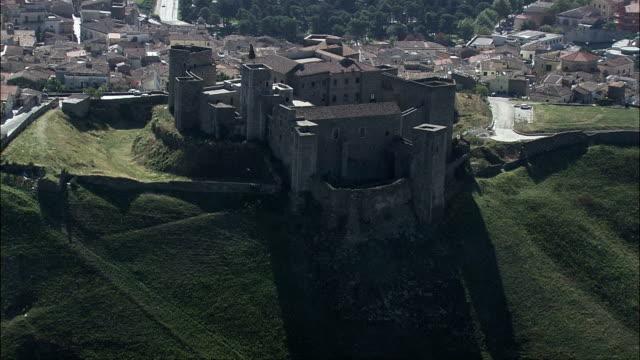castello di melfi-vista aerea-basilicate, provincia di potenza, melfi, italia - castello video stock e b–roll