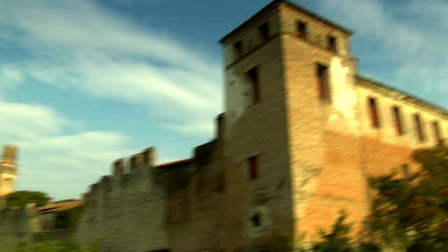 vídeos y material grabado en eventos de stock de castillo de susegana - pared de cemento