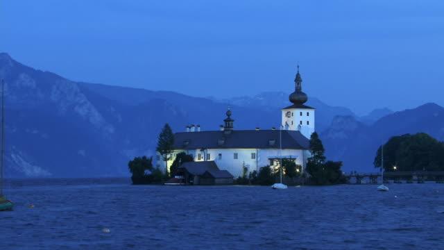 vídeos de stock e filmes b-roll de t/l, ws, castle ort and traunsee lake, day to night, gmunden, austria - estilo do século 16