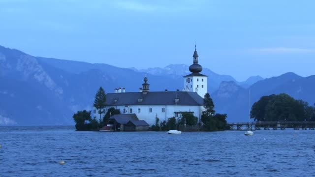 vídeos de stock e filmes b-roll de ws, castle ort and traunsee lake, gmunden, austria - estilo do século 16