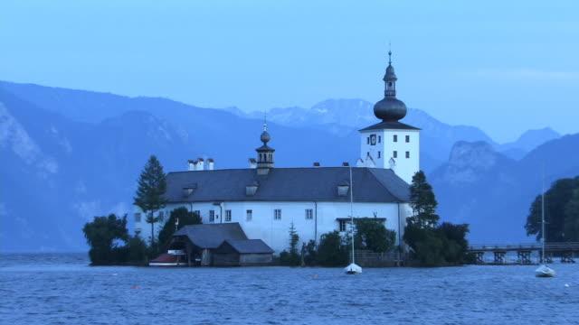 vídeos de stock e filmes b-roll de zo, ws, castle ort and traunsee lake, gmunden, austria - estilo do século 16