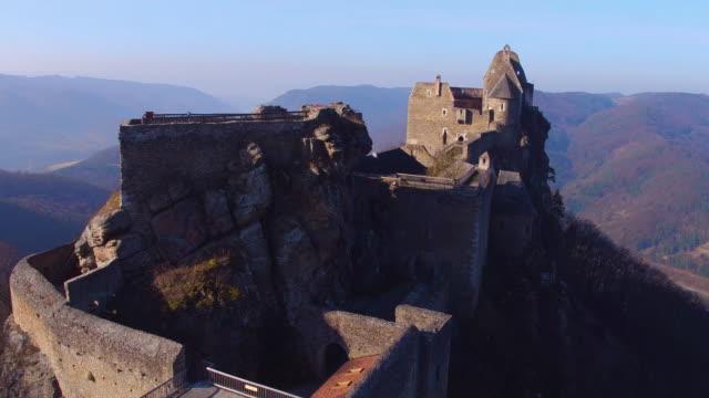 castle ruins of aggstein - wachau (aerial shot 4k) - festung stock-videos und b-roll-filmmaterial