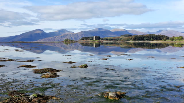castle stalker and loch linnhe in the scottish highlands. - loch点の映像素材/bロール