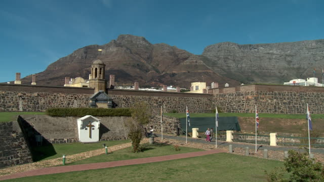 ws pan zi castle with bell tower, cape town, western cape, south africa - テーブルマウンテン国立公園点の映像素材/bロール