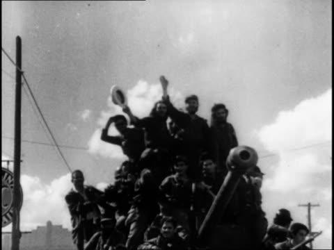vidéos et rushes de castro and the revolution entering havana / che guevara and camilo cienfuegos with military success - révolution cubaine