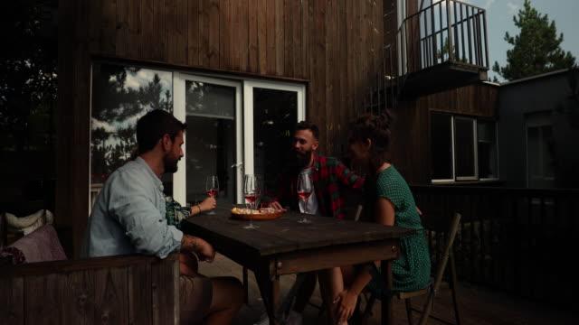 vidéos et rushes de après-midi décontracté avec des amis - remote location