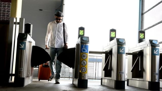 casual affärsman rullande bagage metro train station - avgränsning bildbanksvideor och videomaterial från bakom kulisserna