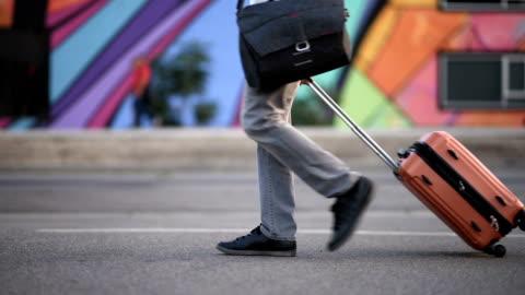vídeos de stock, filmes e b-roll de bagagem de rolamento empresário casual - mala de rodinhas