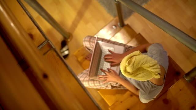 わが家のようにくつろいで、カジュアルな一日 - タオルにくるまる点の映像素材/bロール