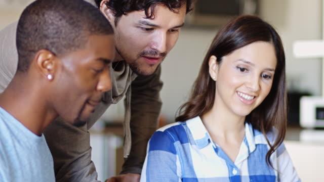 vídeos y material grabado en eventos de stock de discusión informal en el trabajo - compromiso de los empleados