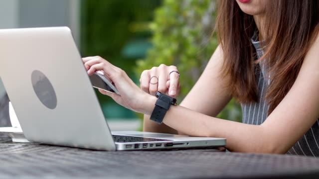 vídeos y material grabado en eventos de stock de dolly hd :  cu :  informal mujer usar reloj inteligente - articulación humana