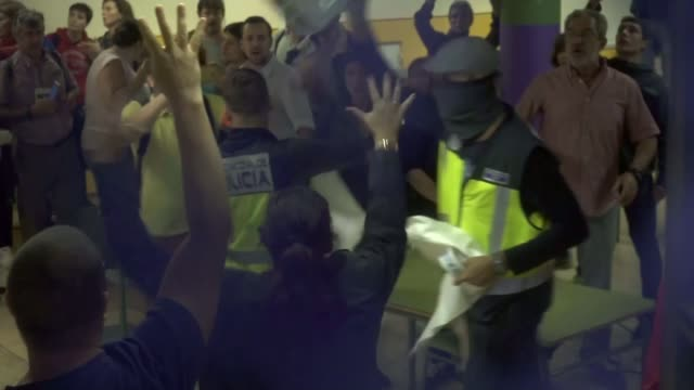 'hundreds injured' during clashes with police as voting takes place spain catalonia barcelona ext various of riot police pushing back voters as they... - catalogna video stock e b–roll