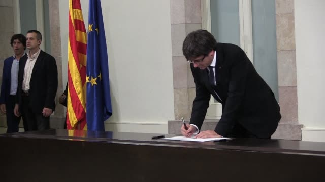 vídeos de stock, filmes e b-roll de catalan leader carles puigdemont and his allies sign a declaration of independence for their catalan region which they suspended during pending talks... - forças aliadas